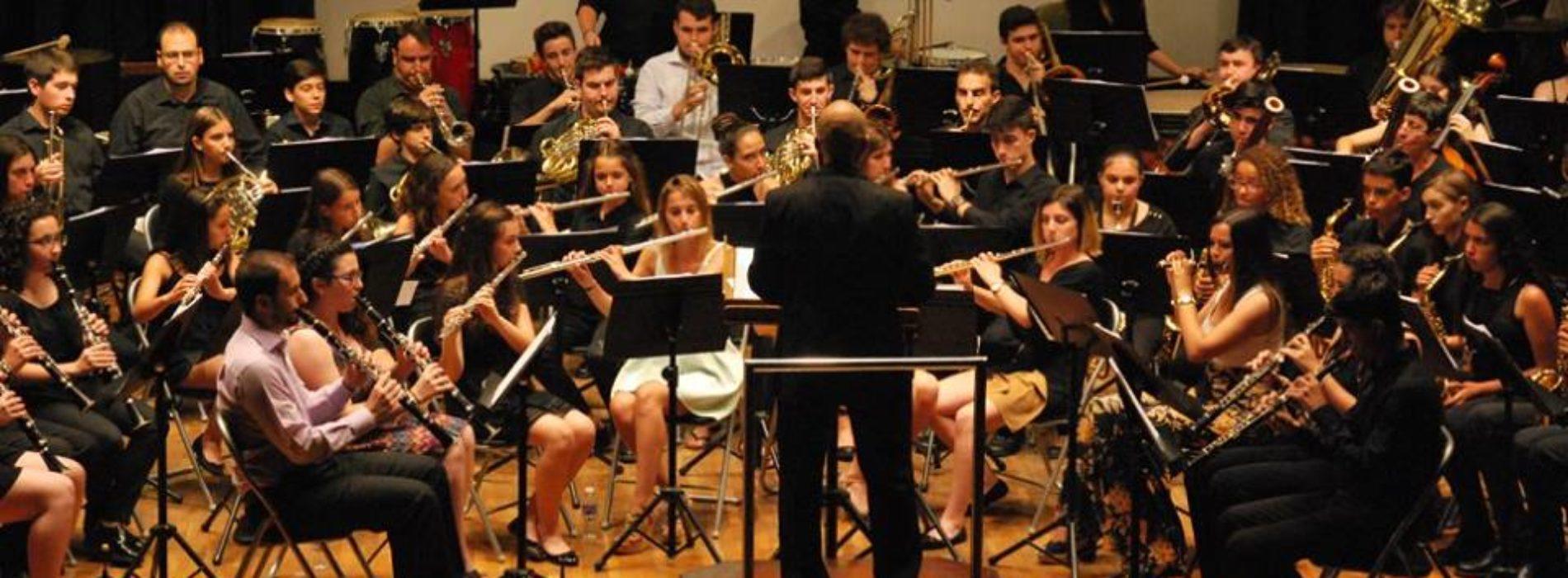 La banda del Conservatorio profesional Vila de Sant Joan emociona en el acto de graduación de la primera promoción.